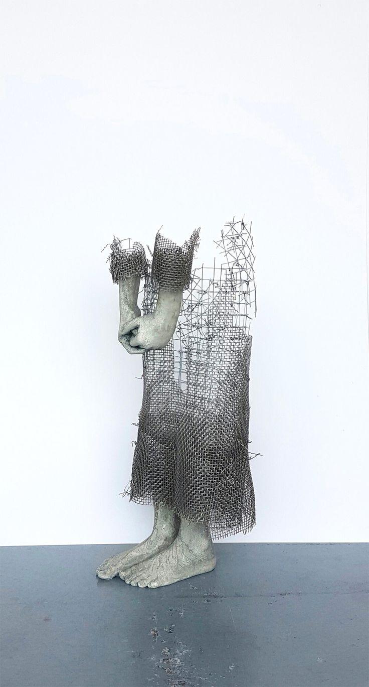 Esculturas de crianças feitas de arame e concreto que parecem se dissolver no ar