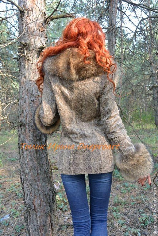 Купить Замшевая куртка с пышным мехом енота - коричневый, питон, кожа под питона, енот