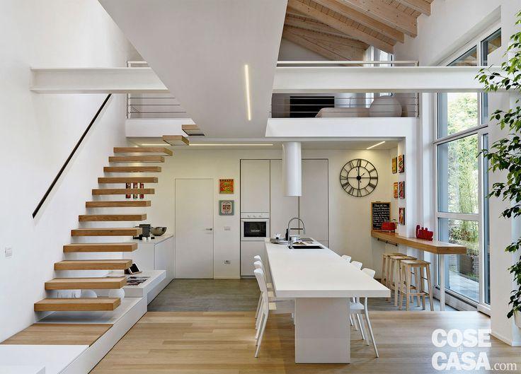 In un ex spazio produttivo risalente agli anni '50 è stata ricavata un'abitazione di tendenza su due livelli. Ambienti aperti, grandi vetrate, strutture portanti lasciate a vista convivono con arredi minimal e high-tech.
