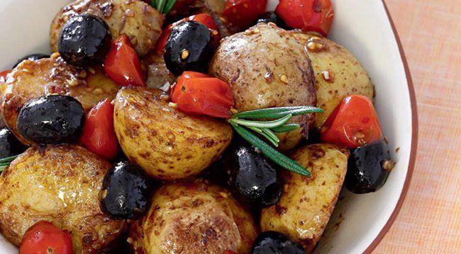 750 г картофеля, 250 г помидоров, горсть маслин, 1-2 анчоуса, 2 зубчика чеснока, 3 ст. л. оливкового масла, 2 ст. л. бальзам. уксуса, соль, перец. Kартофель отвари до готовности, слей воду и слегка подсуши. Разрежь. Помидоры разрежь пополам. Чеснок мелко поруби. Разогрей оливковое масло. Добавь картофель, анчоусы, маслины и жарь 5 мин. Когда картофель подрумянится, добавь в сковороду чеснок и помидоры, влей бальзамический уксус, поперчи и при необходимости посоли. Готовь 2 мин