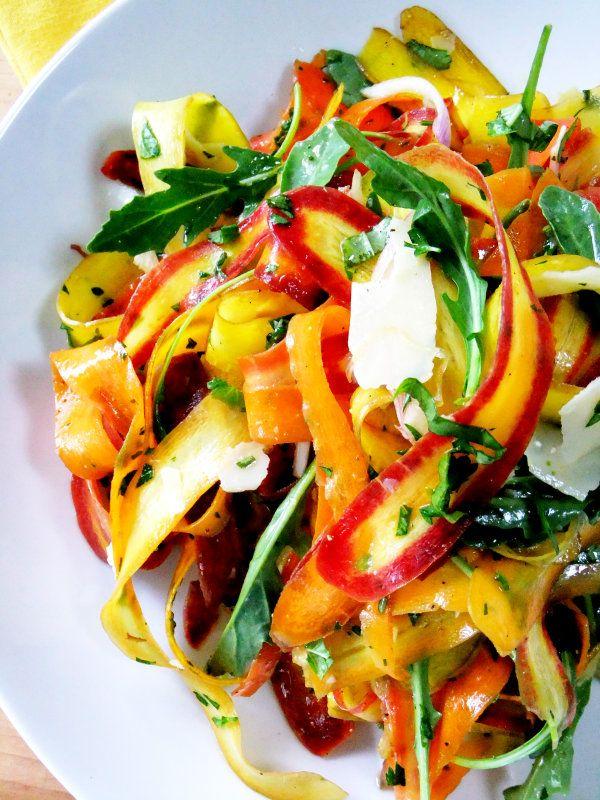 Salade de rubans de carottes colorées. Tsé des fois suffit de varier la coupe des légumes. C'est TRÈS appétissant du moins!
