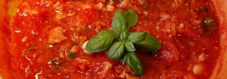 pizza italská      500g hladké pšeničné mouky     10g suchého droždí nebo kvasnic     2 špetky soli     2 polévkové lžíce olivového oleje (panenský - Extra Virgin)     3 dl čisté vody  Jak správně těsto na pizzu umíchat      v první řadě smíchejte mouku, kvasnice a sůl     poté přidejte olivový olej a následně vodu     lehce zamíchejte vařečkou nebo lžící     až se těsto začne spojovat, začněte ho velmi lehce hnětat a promačkávat ručně (cca 5 min.)