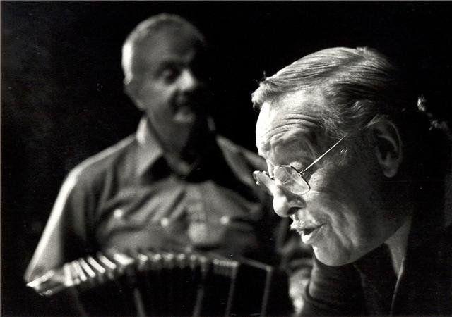 El bandoneón como un abanico de luz. Parece que Piazzolla sonríe. Fotografía de Sara Facio