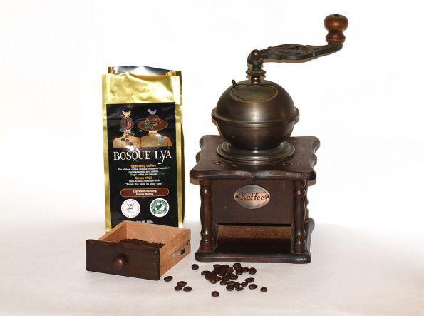 """[Werbung]  Bosque Lya ® wurde 1932 gegründet und der Gourmet Kaffee aus El Salvador steht für höchste Qualität. Die Plantage verfügt über eine eigene Rösterei und so ist dieser Kaffee vom Anbau bis hin zum Versand in eigener Hand des Unternehmens.  Nachhaltigkeit und Fair Trade spielt beiBosque Lya ® ebenfalls eine große Rolle und so ist das Unternehmen Teil der """"Rainforest Alliance"""" ..."""
