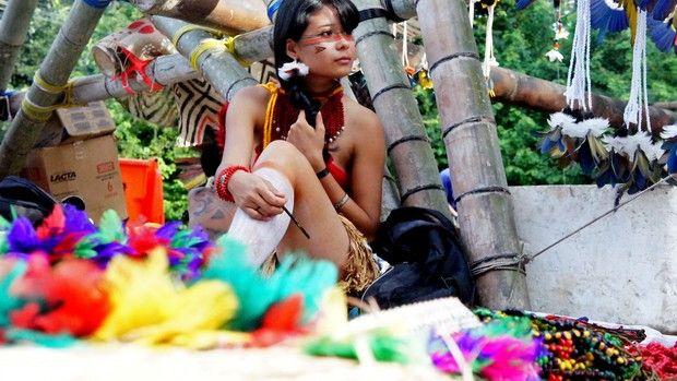Índia Ariema, da tribo pataxó, da Bahia, vendeu colares de semente de pau-brasil (Foto: Glauco Araújo/G1)