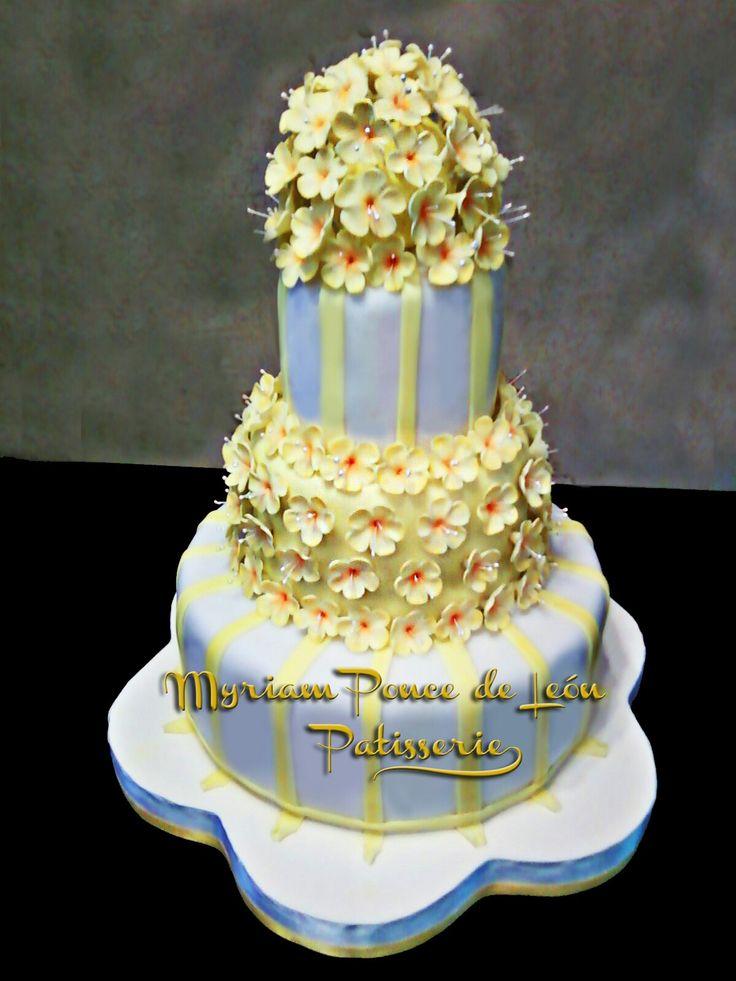 Torta de comunion con flores de azucar