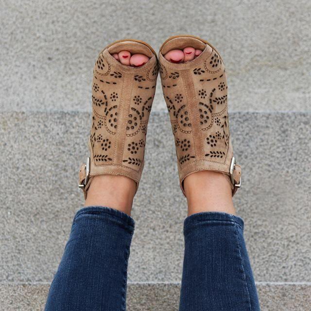 61302b78aff Sandalias para mujer en color taupe. Características:con hebilla, tacón 8  cm, zapato de estilo casual, suela de goma termoplástica, exterior ante e  interior ...