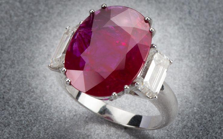Anello in oro bianco con rubino ovale affiancato da due diamanti taglio smeraldo laterali Rubino 8,42 carati Diamanti 2,57 carati   Natoli Genova
