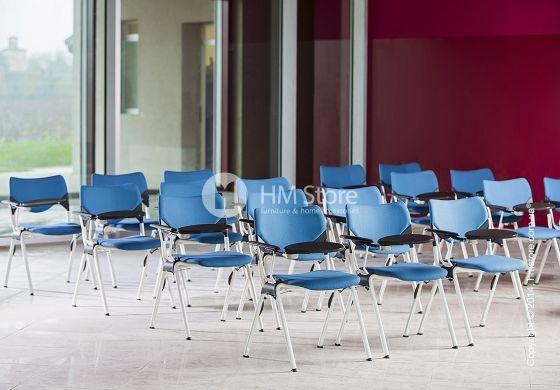 Оригинальная модель кресла Calligaris Congress CS/1251 с откидной бриф-приставкой - отличное решение для конференц-залов. Стул стоит на 4-х точечном металлическом каркасе. Сиденье и спинка стула из пластика могут иметь различный окрас: белый, серый, горчично-желтый, красный. Компактный и стильный стул Congress от итальянской компании Calligaris добавит вашему офису современности и ярких красок.