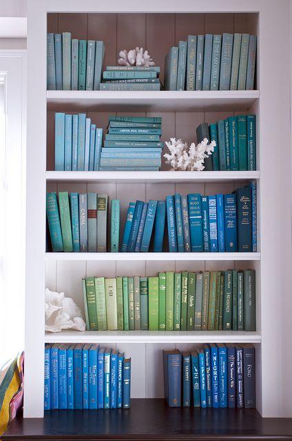 blues and greens J'ai imaginé recouvrir les bouquins de la biblio du séjour dans ces coloris, pour aller avec les murs turquoise clair et vert d'eau, et les coussins, mais quelle patience il doit falloir. Et sans doute pas très pratique pour retrouver un titre.