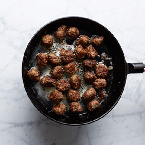 Buffélabbet har testat mängder av olika varianter på köttbullar för att få fram det ultimata receptet på den svenska husmansälsklingen.