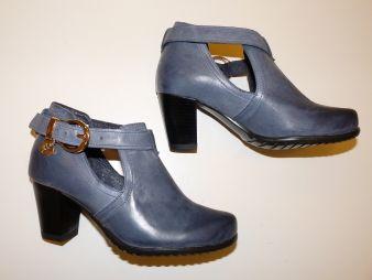 Małe buty damskie.