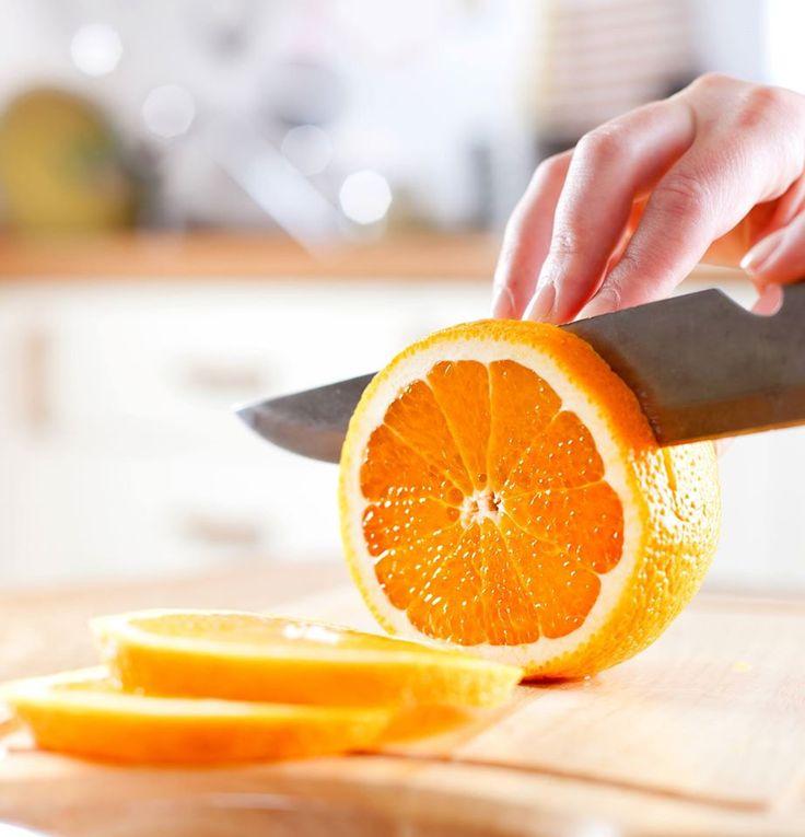 Las #Naranjas al ser contenedoras de la fibra soluble llamada #Pectina, ayudan a reducir los niveles de colesterol en la sangre. Además, contienen vitaminas, minerales y sustancias que benefician al buen funcionamiento del organismo. #LaCafetiereDeAnita #HealthyFood. Foto vía http://goo.gl/nLyRpJ