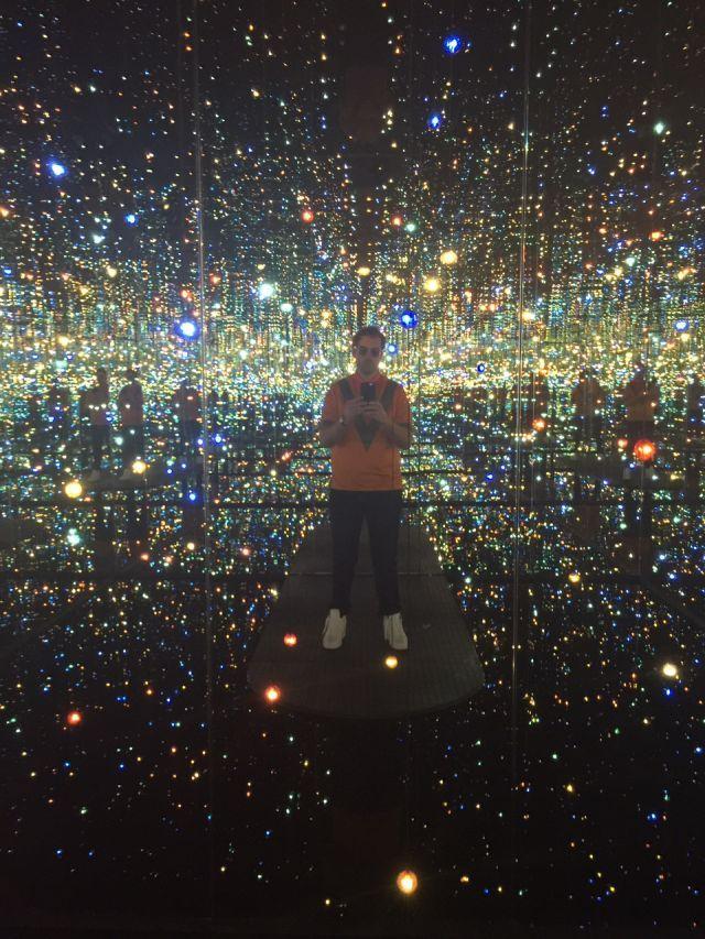 The Broad Museum - TownandCountryMag.com. He visto publicadas en múltiples redes sociales esta foto. GRAN IDEA para hacer publicidad de las exposiciones y atraer todo tipo de visitantes!