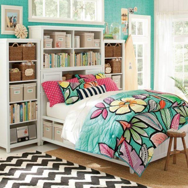jugendzimmer dekoideen-bettdecke mit bunten blumen gemustert-türkisfarbene wandtapete
