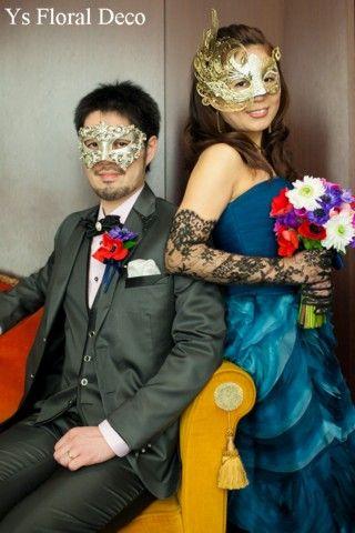 メゾンポールボキューズ挙式の新婦さんへ  ビリジアンという青と緑の混じった色合いのドレスに 鮮やかでカラフルなアネモネのブーケ