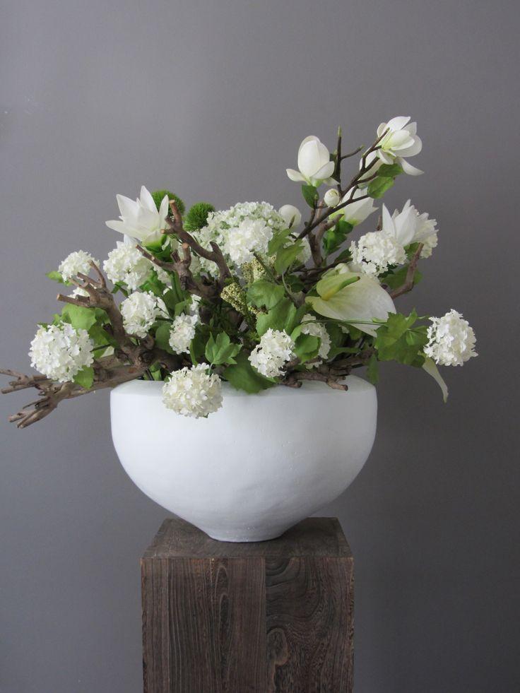 Voor deze bijzondere pot, bewust een creatie in met zijden bloemen in rustig wit / groen. www.abonneefleur.nl
