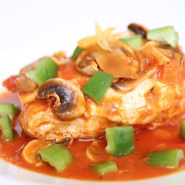 Cheaters Chicken Caccitore Crockpot Recipe 6 chicken breast halves, skinless and boneless 1 (28.0 ounce jar) spaghetti sauce 2 green bell peppers, seeded and cubed 8 (ounce) fresh mushrooms, sliced 1 (whole) onion, finely diced 2 (tablespoon) garlic, minced