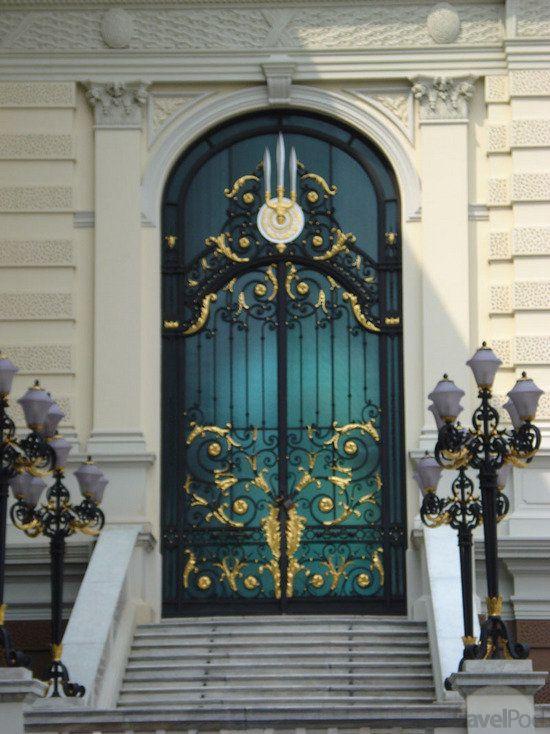 Gorgeous entrance in my top 10  ||||  beautiful classic door in Bangkok, photo by Ngocjanjua