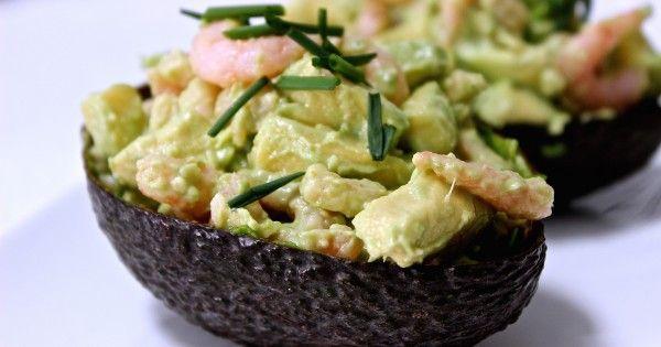 Sommige mensen zijn dol op avocado's en gebruiken het dan ook echt overal voor. Ik ben er ook zo eentje. We gooien ze door smoothies, gebruiken avocado's als broodbeleg, in salades of stoppen ze gewoon in de oven. Maar soms mag een receptje ook best wel eens om de...