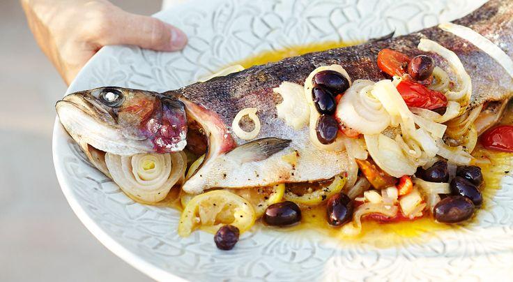 Recept på fylld regnbåge med sparris- och kantarellsallad. Fiskarna läggs i praktiska stekpåsar som tål ugnsvärme. I påsen behålls smak och saftighet.