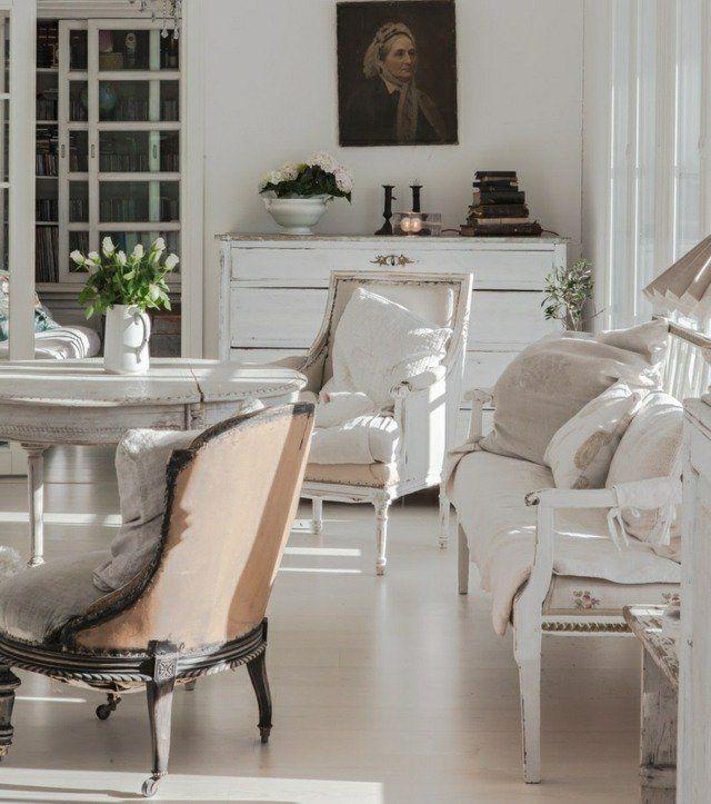 un salon clair de style shabby chic avec des meubles blancs
