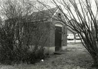 Hoofdweg 14 arrestantenhuisje bij de voormalige woning van de politieagent in de tuin