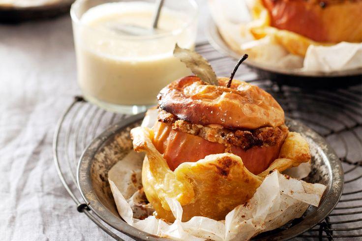 Misschien wel het ultieme wintertoetje: warme appels uit de oven met kruidige gemberkoekvulling in een jasje van krokant bladerdeeg en vanille-lauriersaus. gepofte appels gevuld met kruidkoek, amandelspijs en vanille-lauriersaus nagerecht | 4 personen 45 g amandelen 4 elstar of jonagold met schil 1 (bio)citroen 1 plak gemberkruidkoek 75 g amandelspijs 2 eierdooiers + 1 extra … (Lees verder…)