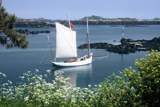 """Bisquine """"La Granvillaise"""" under taillevent, in the beautifully  preserved site of Iles Chausey.  .©T.Seni."""