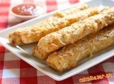 Plnené pizza štangle s cesnakovým dresingom  Cesto: 400 g hladká múka, 4 PL olivový olej, 1 ČL soľ, 1/2 ČL cukor, 30 g droždie, 240 ml vlažnej vody, oregáno Náplň: šunka, syr, saláma, šampiňóny, olivy (podľa chuti) Cesnakový dresing: 2 ks biely jogurt alebo kyslá smotana, 5 strúčikov cesnaku, mleté čierne korenie, soľ Na potretie: 0,1 l olivový olej, 2 strúčiky cesnaku