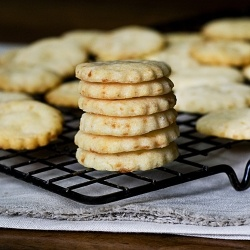 Cheddar Cheese Cracker - These gluten free crackers are crispy, delicious and easy to make.
