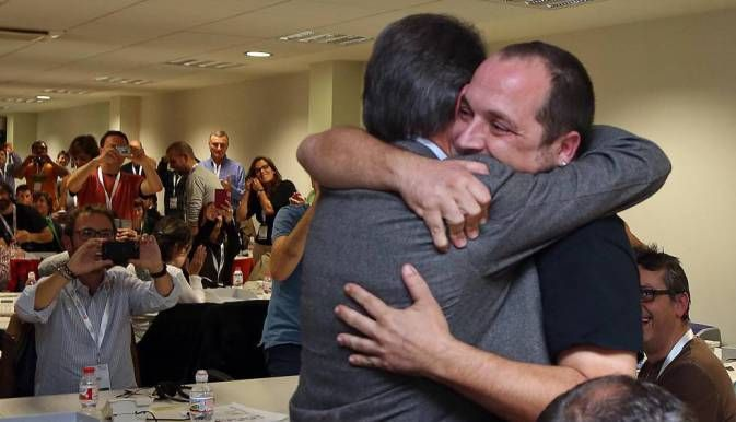 An image that became iconic, David fernandez from the leftist CUP hugging Artur Mas to celebrate that the 9-N referendum of 2014 took place succesfully.