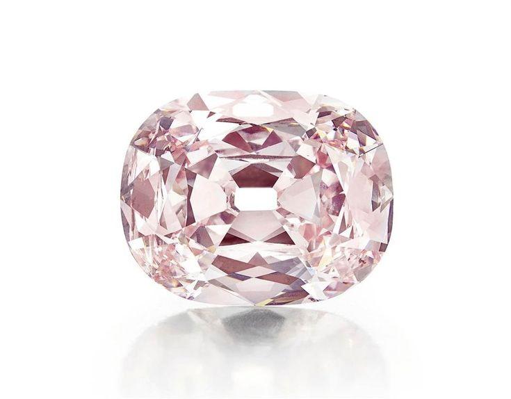 15 самых дорогих бриллиантов 12. Этот редкий розовый бриллиант прозвали «Принси». Он был продан за 39,3 миллионов долларов анонимному покупателю на аукционе Christie's 16 апреля 2013 года в Нью-Йорке. Таким образом он попал на второе место в списке самых дорогих бриллиантов, проданных на аукционе. (AP)