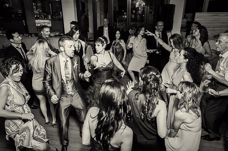 Sposa e sposo ballano in mezzo agli amici, momento spontaneo | Bride and groom dancing with their guests, candid moment | @ Mami Beach, Ostia Lido