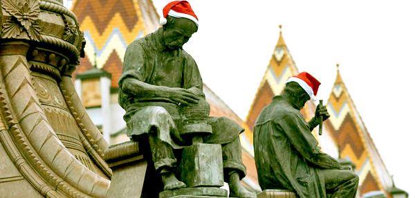 Valakik december 6-ra virradó éjjel Mikulás-sapkát húztak Pécsett minden szobor fejére.  : )