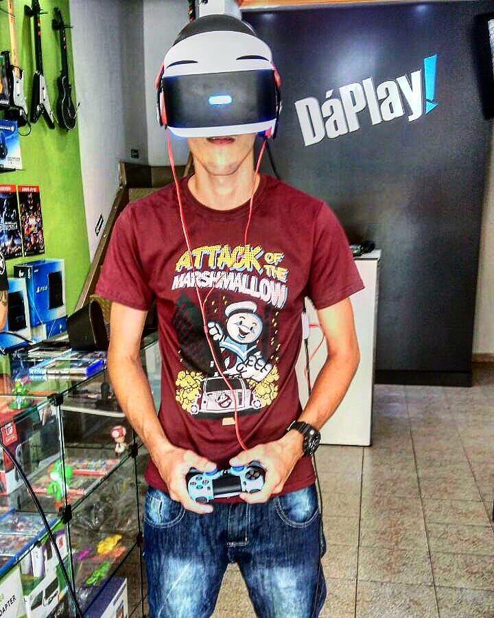 "Hoje estive na loja @daplayshop jogando ""RESIDENT EVIL 7 Biohazard"" modo VR. Foi uma experiência muito aterreorizante e assustadora Vale a pena jogar   Linda camiseta @nerdaocubo  #ps4share #ps3 #ps4pro #ps4brasil #meups4 #vr #sony #playstantion4 #Playstore #play4 #dualshock4controller #daplaygames #dualshock #geeklife #geek #nerd #nerdaocubo #youtuber #nerdloot #instagood #instagamer #instaphoto #terror #residentevil #biohazard"