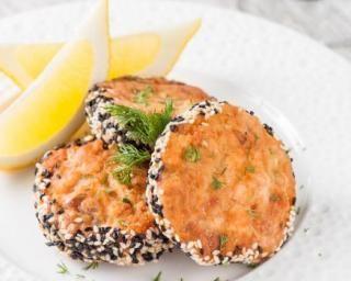 Galettes de crabe allégées au sésame bicolore : http://www.fourchette-et-bikini.fr/recettes/recettes-minceur/galettes-de-crabe-allegees-au-sesame-bicolore.html