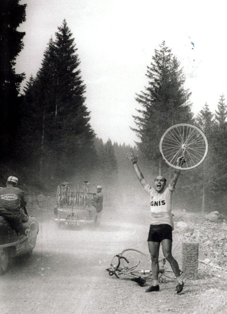 Miguel Poblet reclama desesperado una rueda en una etapa de los Dolomitas del Giro de Italia 1958. / Paco Alguersuari