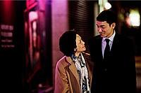 桃(タオ)さんのしあわせ    2011年・第68回ベネチア国際映画祭で女優賞を受賞したほか、台湾金馬奨や香港金像奨で主要部門を多数受賞したヒューマンドラマ。60年間、同じ家族に仕えてきたメイドの桃(タオ)が脳卒中で倒れてしまい、それまでごく当たり前に身の回りの世話をしてもらっていた雇い主の息子ロジャーは、桃の介護に奔走することになる。そのことをきっかけにロジャーの心境も変化していき、2人の間には実の母子以上の絆が生まれていく。桃役は11年ぶりの銀幕復帰となったデニー・イップで、中華圏の女優としては「秋菊の物語」のコン・リー以来史上2人目のベネチア映画祭女優賞受賞者に。ロジャー役のアンディ・ラウがプロデューサーも務め、ノーギャラで出演したことも話題。共演にアンソニー・ウォン、サモ・ハン・キンポーら。