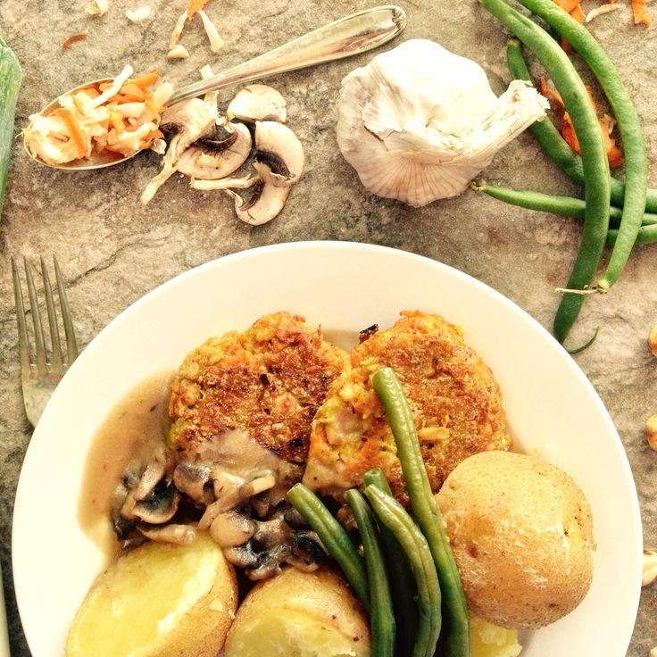 Rotfrukts- och hasselnötsbiffar med kokt potatis och svampsås. 🌱 Receptet finns i meny 15. 😊  www.allaater.se