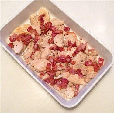 recept het kycklinggratäng. god bara som den är eller med sallad till. - stek kyckling i bitar med s&p och vitlök. Knaperstekt bacon. Lägg i form. Skär blomkål och broccoli, lägg i. **Sås. I kastrull Créme fraîche, grädde, tomatpuré, sambal, fond, s&p. koka upp och smaka av. Häll sås i form. Gratinera ca 200* i 30 minuter (folie över för att inte bränna grönsaker) Tag av efter 30min, toppa med ost - in i ugn till ost smält och fått lite färg. MyRecipe gratäng arla kvarg