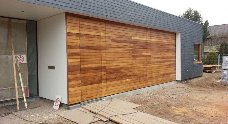Iroko houten sectionaaldeuren + loopdeur - Different Doors Garagedeuren