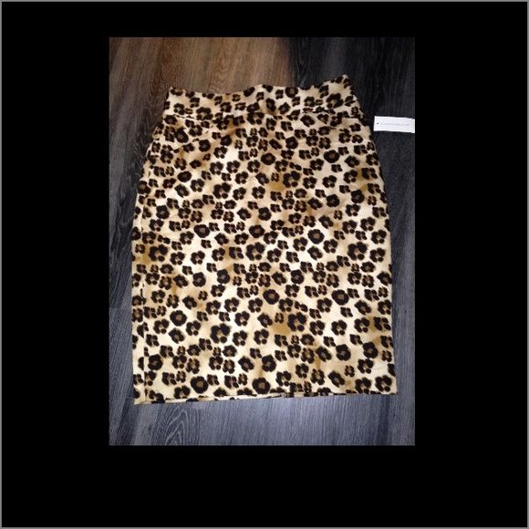 Charter club Leopard pencil skirt nwt sz6 Brand-new with tags leopard pencil skirt by charter club size 6 sexy yet classy make a great look for a holiday party Charter Club Skirts Pencil