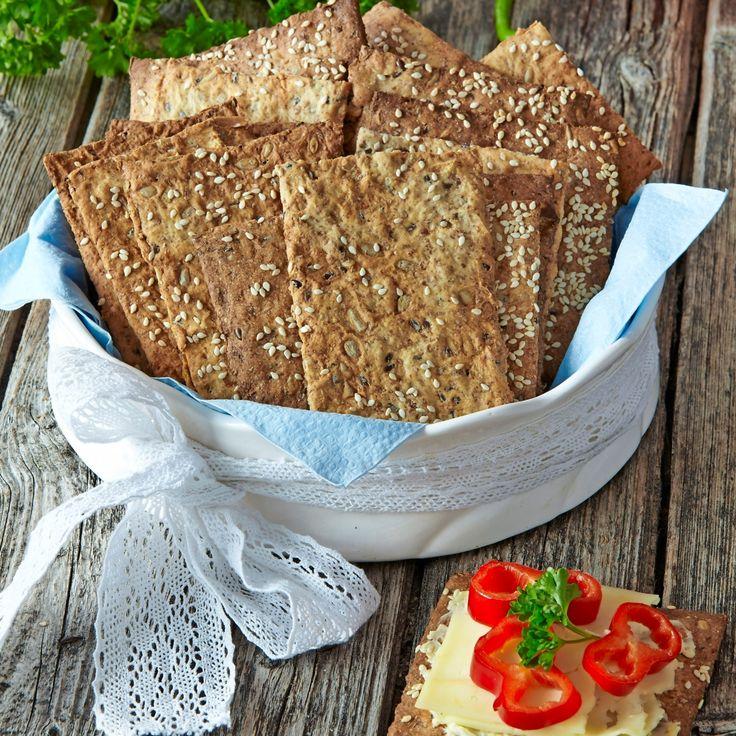 Baka tunna och knapriga knäckebröd i långpanna.Här är ett recept på grahamsknäcke med sesamfrön.