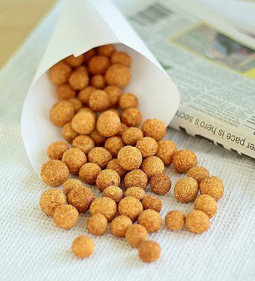 Zobacz zdjęcie   Udostępnij    Otrębowe ''ORZESZKI'' do chrupania:  100g zmiksowanych otrąb owsianych, 2 jajka, 1 łyżka jogurtu naturalnego 0%, 1/2 łyżeczki pieprzu cayenne (lub dowolnej przyprawy), sól  Wszystkie składniki wrzucamy do jednej miski, przyprawiamy pieprzem i solą.Odstawiamy na 30 min. Po tym czasie z masy formujemy małe kuleczki i układamy je na blaszce wyłożonej papierem do pieczenia. Pieczemy ok. 20 min w 200 stopniach C, w uprzednio nagrzanym piekarniku. Od czasu do…
