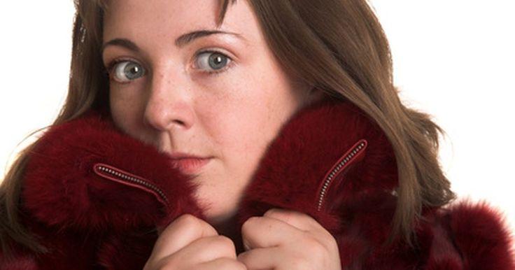 Cómo encontrar el abrigo de invierno más cálido. Mantenerse caliente durante el invierno es una ciencia y los fabricantes de ropa han desarrollado abrigos de invierno que proporcionan calor sin ser voluminosos para satisfacer a los consumidores. Cuando elijas un abrigo, considera tus necesidades en el exterior, ¿vas a hacer ejercicio, a esquiar o simplemente a dar un paseo? ¿Va a llover, a nevar ...