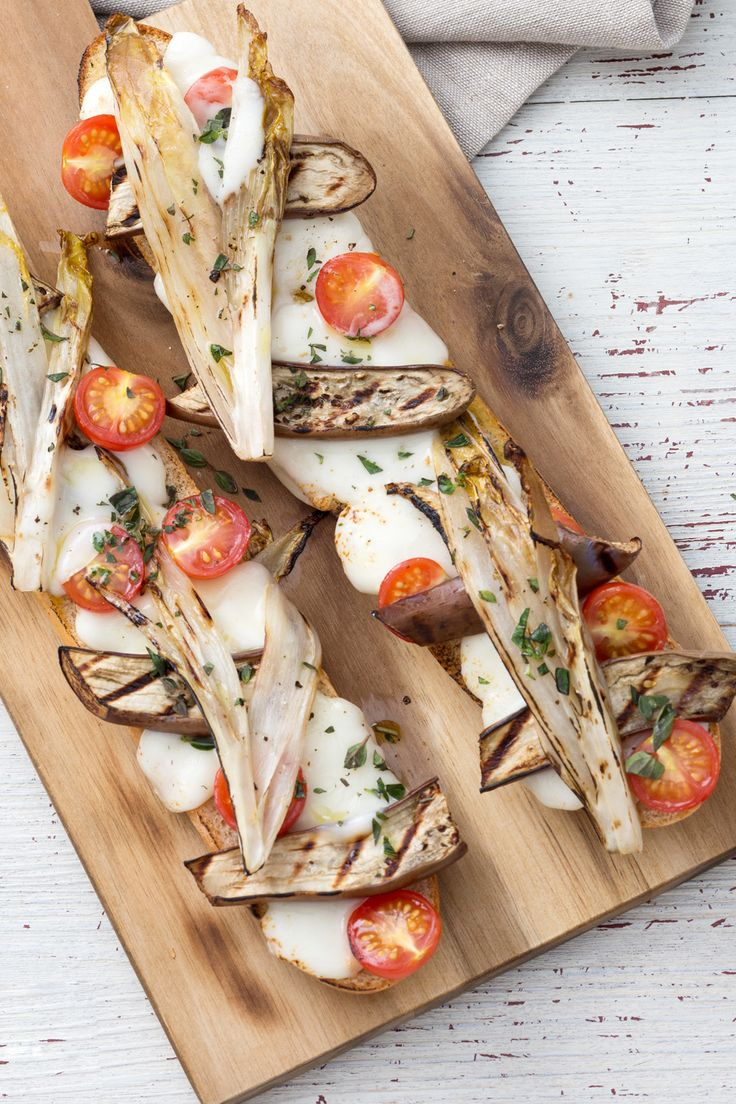 Crostone con verdure e formaggio: uno spuntino salato da far leccare i baffi... ed è anche vegetariano!  [Bruschetta bread with cheese and vegetable]