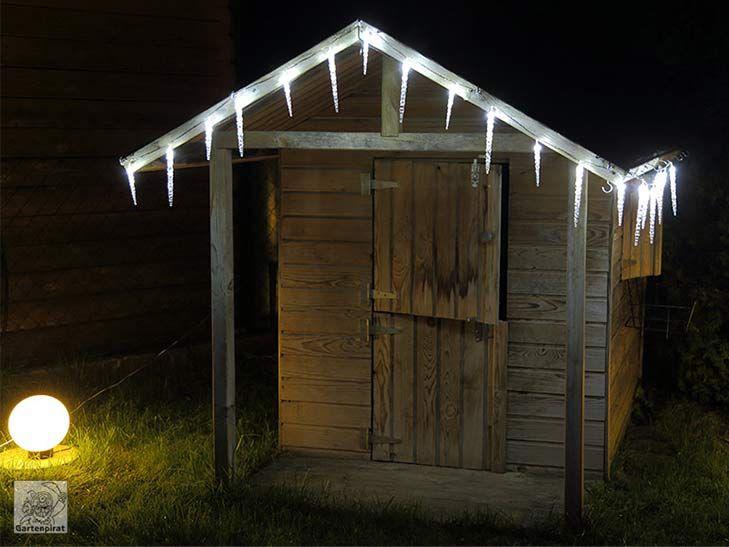#holz-spielhaus mit #eiszapfen-lichterkette kaltweiß zur #weihnachtsbeleuchtung von #gartenpirat