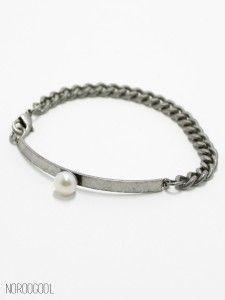Vintage Pearl 1 빈티지 바에 핵진주와 체인이 연결된 팔찌입니다.  너무 굵지도, 너무 여성스럽지도 않은 디자인이라 부담없고, 잠금장식이 있어서 쉽게 착용 가능합니다.