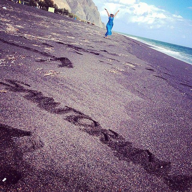 #Santorini #Perivolos #Beach Photo credits: @garysintillate
